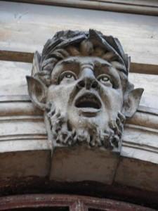 """""""Zdziwiony"""" maszkaron na elewacji pałacu"""