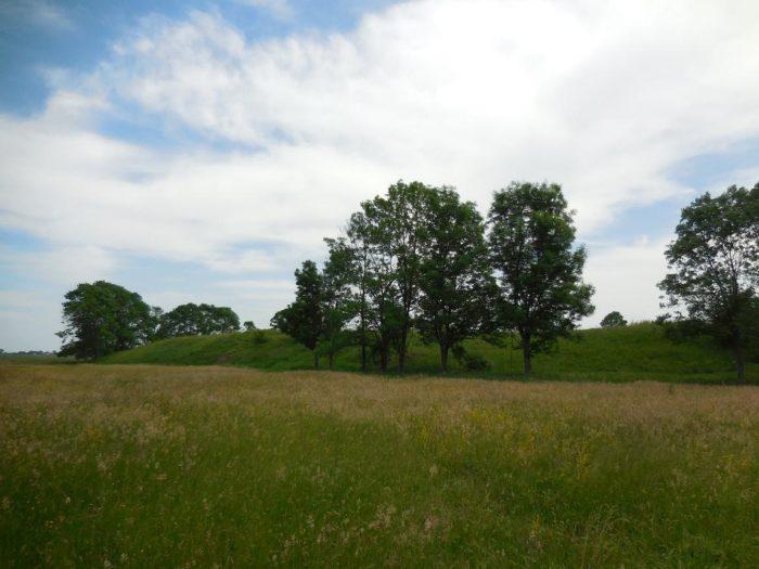 Wał grodziska w Wiślicy - widok od strony zewnętrznej