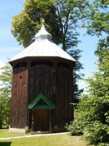 Dzwonnica obok cerkwi w Młodowicach
