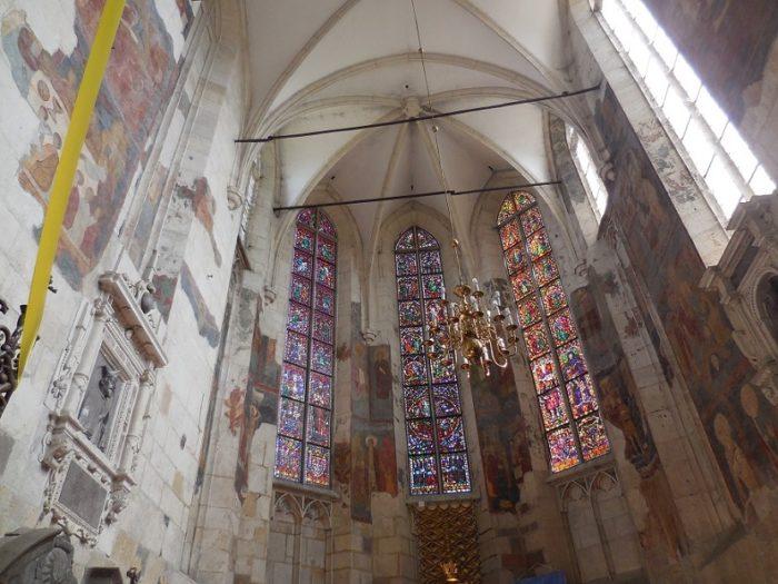 Widok na prezbiterium ozdobione malowidłami biznatyjsko - ruskimi