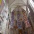 Widok na prezbiterium ozdobione malowidłami