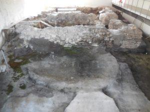 Kościół św. Mikołaja - na pierwszym planie tzw. misa chrzcielna